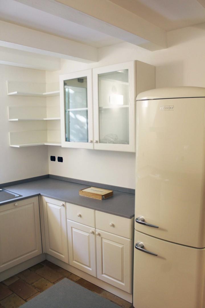 Cucina su misura in legno e top in pietra. Cucina progettata e realizzata su misura.